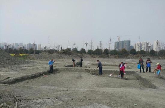 西华大学内发掘现场-成都发现商周聚落遗址 已发掘面积约200平方米